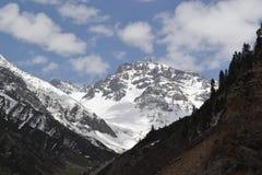 在mughal路的降雪包括的山 免版税库存图片