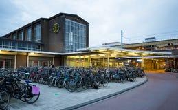 在Muiderpoort火车站附近的自行车停车处 免版税库存照片