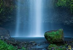 在Multnomah秋天的水秋天在本雄状态度假区,俄勒冈 免版税库存图片