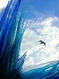在murano威尼斯的蓝色玻璃雕塑与鸟飞行 免版税库存照片