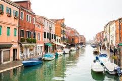在Murano海岛、街道和小船的运河 免版税库存照片