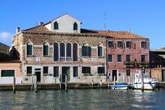 在Murano海岛上的五颜六色的房子在威尼斯,意大利附近的 免版税库存照片