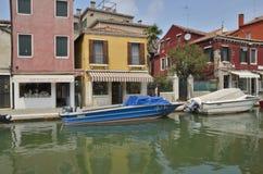 在Murano运河停放的小船 免版税图库摄影