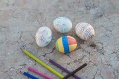 在Murble桌上的手画复活节彩蛋 免版税库存图片
