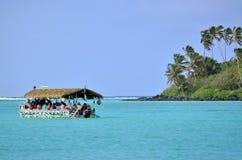 在Muri盐水湖拉罗通加库克群岛的游船 免版税库存照片