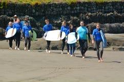 在Muriwai海滩-新西兰的冲浪的教训 免版税库存照片