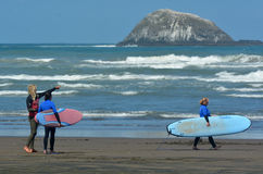 在Muriwai海滩-新西兰的冲浪的教训 免版税库存图片