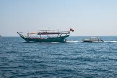在musandam的游船与救生船 免版税库存照片