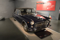 在Museo dell'Automobile的Nazionale的蓝旗亚Flaminia presidenziale 免版税库存照片