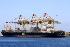 在Mutrah口岸的集装箱船 图库摄影