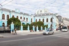 在Myasnitskaya街道上的人们在Chertkov议院附近 免版税库存照片