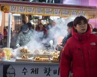 在Myeongdong分配的传统韩国街道食物市场场面 免版税库存照片
