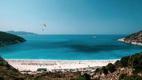 在Myrtos海滩,Kefalonia上的滑翔伞 免版税库存照片