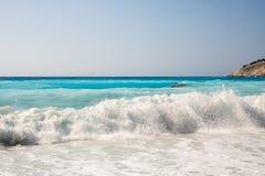 在Myrtos的大和危险波浪在希腊海岛Kefalonia上靠岸 库存照片