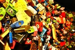 在N汉城塔的爱挂锁在汉城市,韩国 免版税库存图片