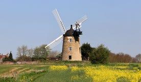 在n英国农村风景的风车 免版税图库摄影