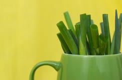 在n绿色杯子的草葱 库存图片