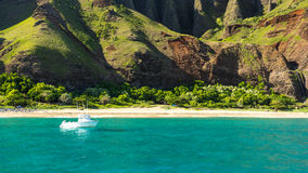 在Na梵语海岸的小船-考艾岛(HI) 免版税库存照片