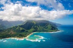 在Na梵语海岸的看法在夏威夷的考艾岛海岛上从直升机 免版税库存图片