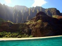 在Na Pali的峭壁沿岸航行,考艾岛海岛,夏威夷 免版税库存照片