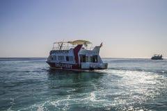 在naama海湾的玻璃小船 免版税库存照片