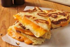 在naan面包的烤乳酪三明治 免版税库存照片