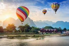 在Nam歌曲河的热空气气球在Vang vieng,老挝的日落的 库存照片