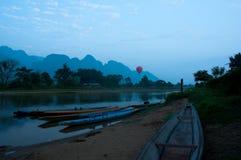 在Nam歌曲河的皮船日出的在Vang Vieng 免版税库存照片