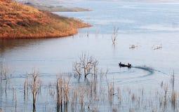 在Nam Kar湖的一条小船在Daklak,越南 免版税库存照片