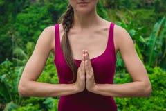 在Namaste祷告mudra的妇女手 在印度教,佛教的象征性姿态 库存照片