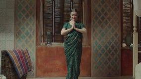 在namaste问候的微笑的妇女加入的手 股票录像