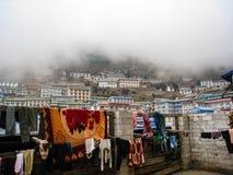 在Namche义卖市场的室外衣物雾的 图库摄影