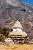 在Namche义卖市场,尼泊尔的佛教stupa 免版税库存照片