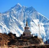 在Namche市场和登上洛子峰南岩石面孔附近的Stupa 免版税库存图片