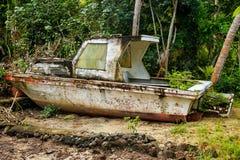 在Nananu我镭海岛,斐济岸的被放弃的小船  库存照片
