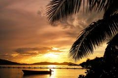 在Nananu我镭海岛,斐济的五颜六色的日落 免版税库存照片