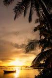 在Nananu我镭海岛,斐济的五颜六色的日落 免版税图库摄影