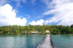 在Nananu我镭海岛,斐济的长的木码头 库存照片