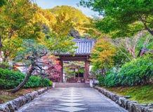 在Nanzen籍寺庙的美丽的秋天叶子在京都 免版税库存照片