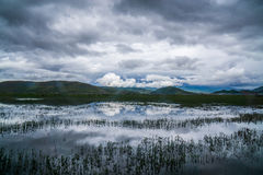 在Napahai湖上的强有力的云彩 免版税库存照片