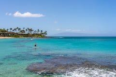 在Napili海湾Lahaina毛伊夏威夷的Paddleboarder 图库摄影