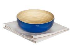 在napking的厨房盘木碗被隔绝的 免版税库存图片