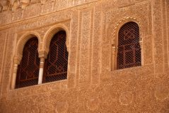 在Nasrid宫殿,阿尔罕布拉宫,西班牙的华丽地装饰的窗口 库存照片