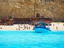 在Navagio海滩, Zakynyhos,希腊的小天巡航小船 库存照片