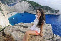 在Navagio海滩,扎金索斯州海岛,希腊的暑假 免版税库存图片