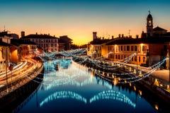 在Navigli米兰意大利冬天xmas时间的圣诞灯 免版税库存照片
