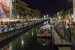在Naviglio重创的堤防在夜生活时间,米兰的驳船, 库存图片