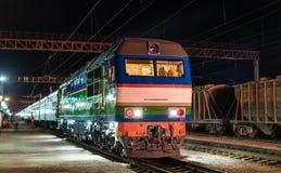 在Navoi驻地的旅客列车在乌兹别克斯坦 图库摄影
