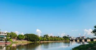 在Nawarat桥梁Mueang清迈区附近的砰河,沥青 免版税库存照片