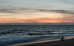 在Nazaré海滩-葡萄牙的Sufer 库存照片